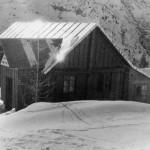 Il laboratorio sul Passo Fedaia, dove venne installato per un periodo l'elettromagnete, 1950