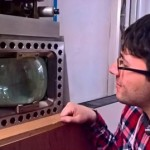 Un televisore! Che programma va in onda questa sera? Wow ma...quella è una particella! Ecco che ionizza! Si crea una striscia di bollicine! La vedo la particella, la conosco! :)  #bubblechamber (Deniel Pavone)